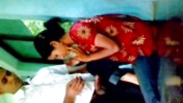 دختر جوان انفرادی داغ که گربه شاخی خود فیلم سکس سوپر رایگان را نشان می دهد